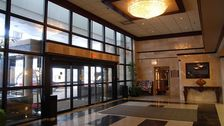 Entrance of the Holiday Inn North Shore (Skokie)