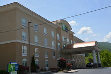 Beautiful Hotel Exterior in Caryville, TN